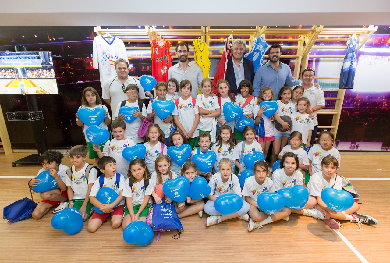 Children participating in the 2015 edition of the Basket Lover contest posing together with important personalities of the Spanish basketball
