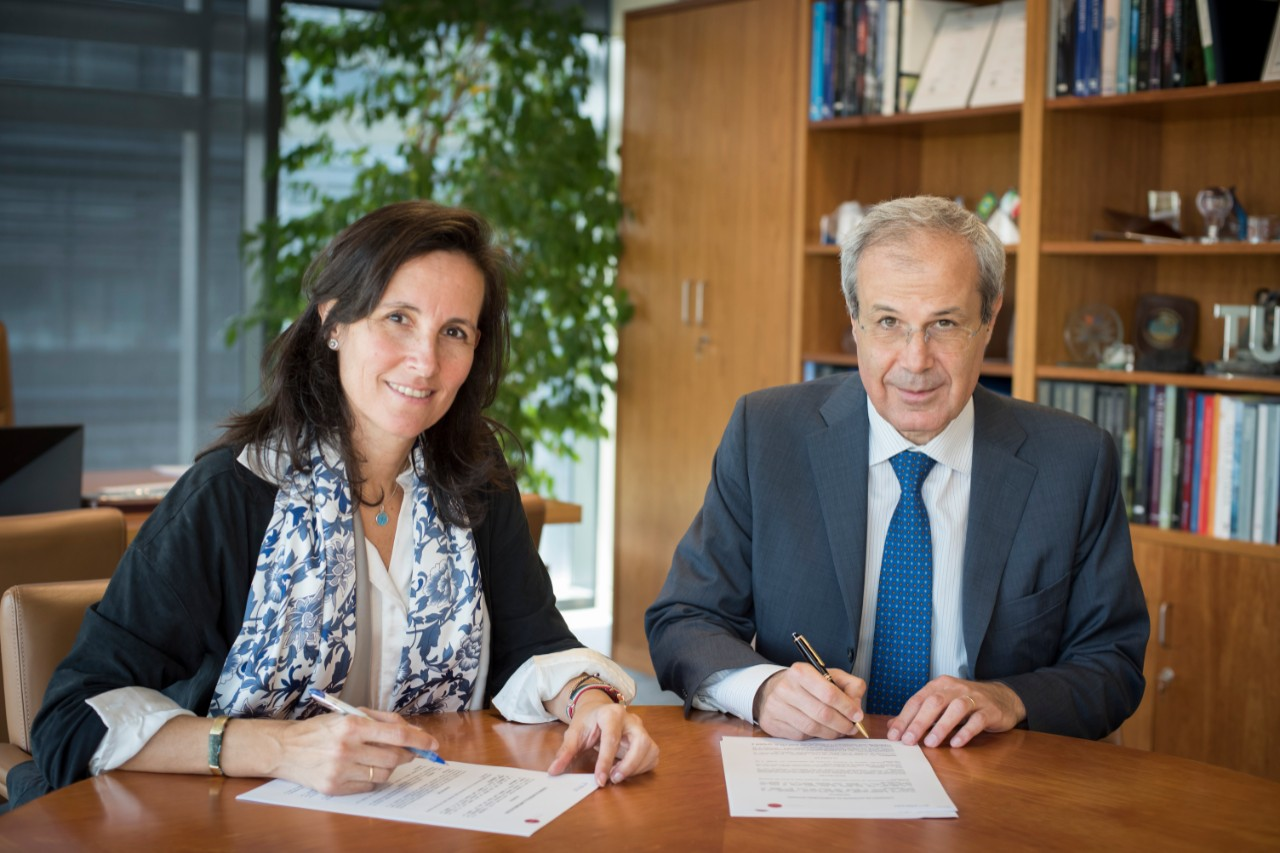 "ENDESA's HR Director General, Andrea Lo Faso, and the director of Fundación Integra, Ana Muñoz de Dios, during the signing of the first collaboration agreement under which Endesa joins the ""INTEGRA Commitment"""