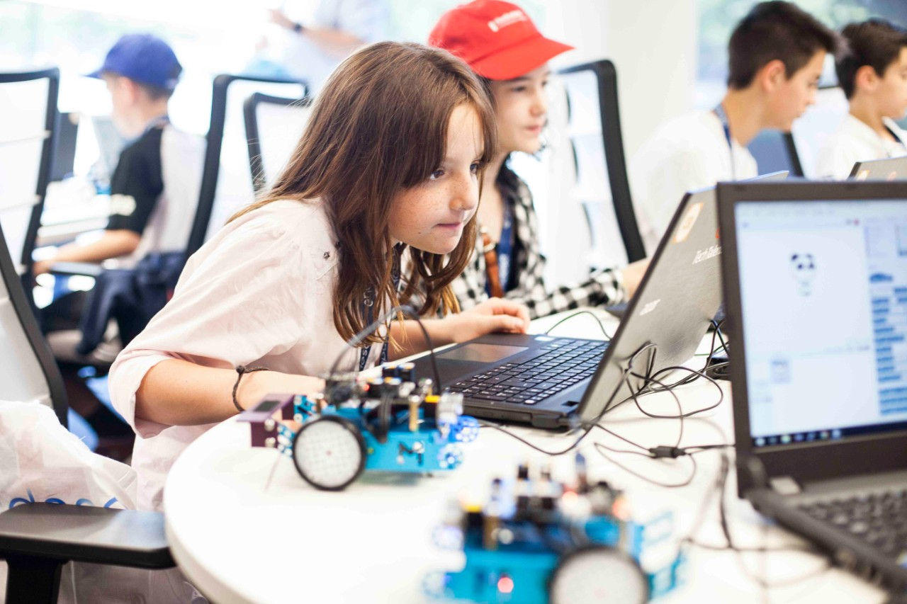 Image of a girl concentrating while creating her technology project for the Endesa Hackateen contest