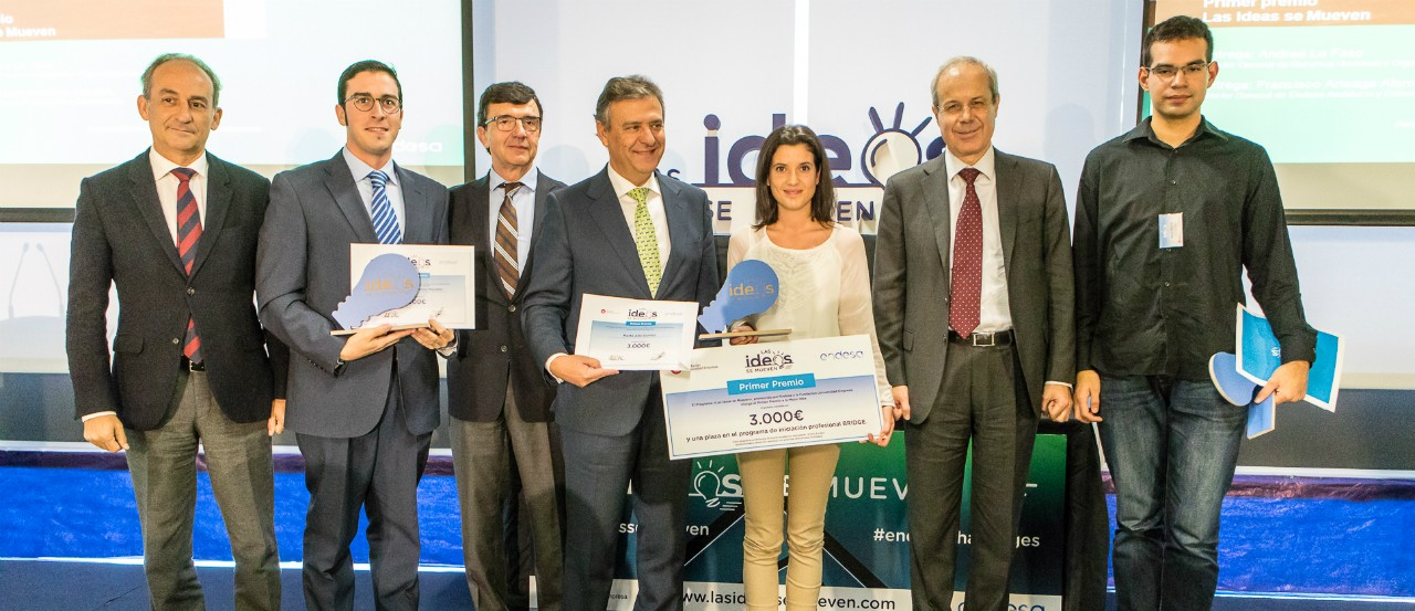 The three winners of the 3rd edition of 'Las Ideas Se Mueven' with heads of Endesa and the Fundación Universidad Empresa (FUE). Source: FUE