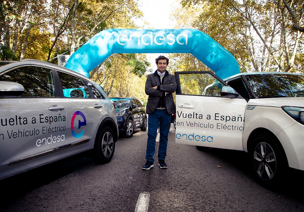 Pepe poses next to the #eVuelta cars on Paseo del Prado
