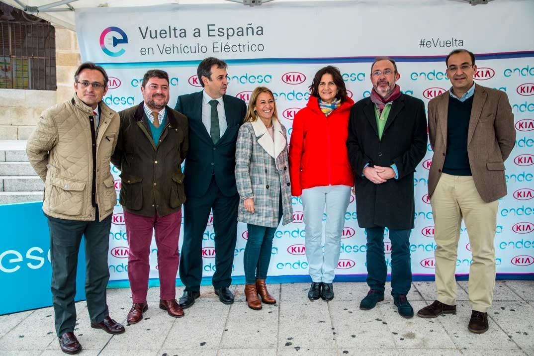 Samantha and authorities posing at the Cáceres photocall